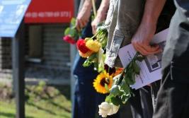 Kundgebung 2015 - Blumenreihe (Banner)